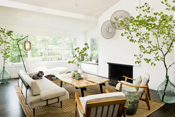wohnzimmer in weiß im retro stil, sessel, sofa, tisch aus holz, pflanzen