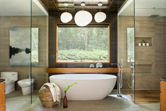 feng shui, badezimmer in naturfarben, fenster, ovale, freistehende badewanne, duschkabine
