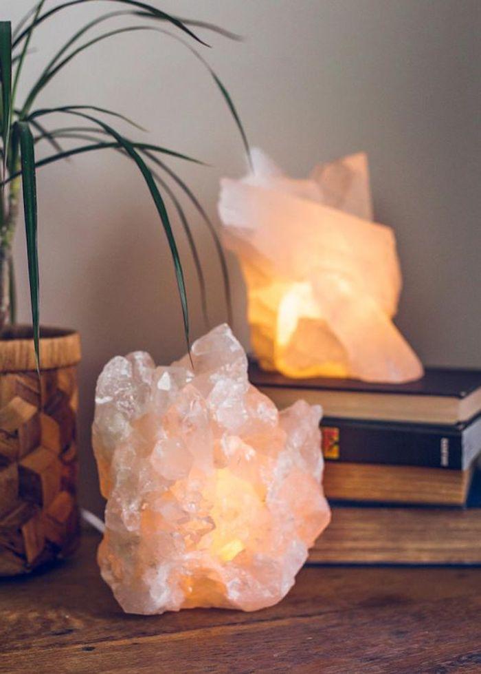 feng shui, krisalle mit beleuchtung, lampen, bücher, pflanze, dekoartikel