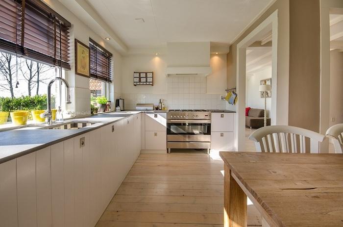 feng shui, küche in weiß und hellbraun, pflnazen, waschbecken, ofen