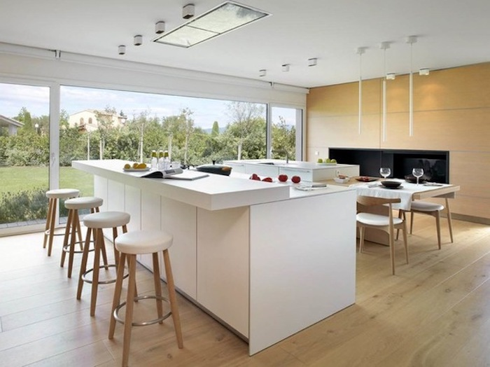 feng shui, küche in weiß und hellbraun, weiße kochninsel, tisch