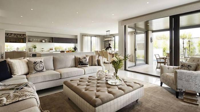 feng shui wohnzimmer, eckiges sofa, ecksofa in weiß, dekokissen, blumen