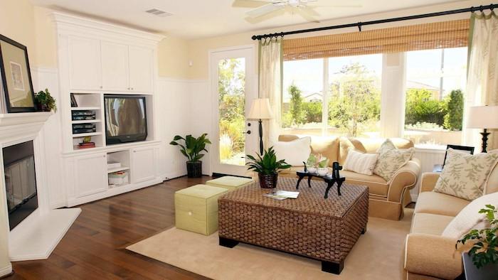 wohnzimmer in hellen farben, beiges sofa, dekokissen, pflanzen