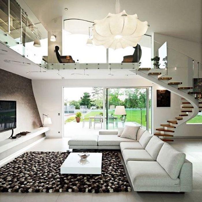 weißer ledersofa, brauner pompom teppich, treppe, lampenschirm