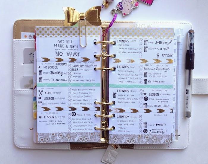 in goldener und grüner Farbe Filofax dekorieren mit einem goldenen Band und verschiedene Anhänger
