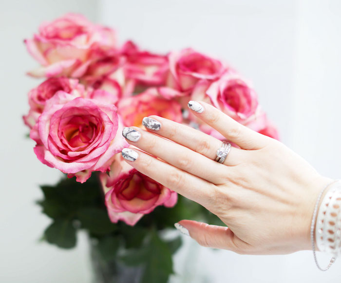 nagelmuster, silberner ring mit dimanaten, glasvase mit rosen