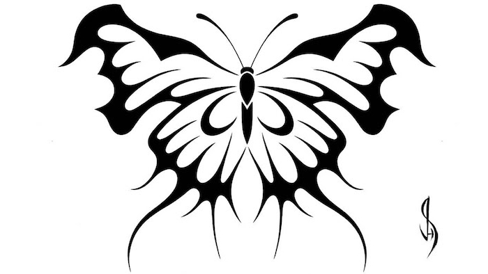 ein schwarzer großer tattoo mit einem sehr schönen schwarzen schmetterling mit zwei schwaruen flügeln