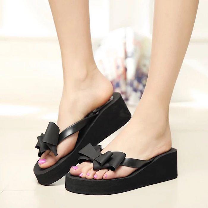 schwarze flip flops mit absätzen und schleife als dekoration rosa nagellack