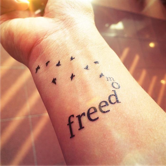 vögel und ein toller kleiner schwarzer tattoo auf einem handgelenk