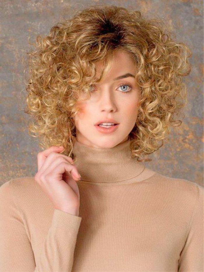 Kurzhaarfrisuren für lockiges Haar kleine Locken auf blondes Haar von einem schönen Mädchen