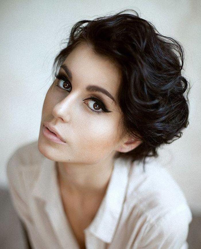betonte Augen, kurze schwarze Haare Kurzhaarfrisuren für lockiges Haar von einer jungen Frau