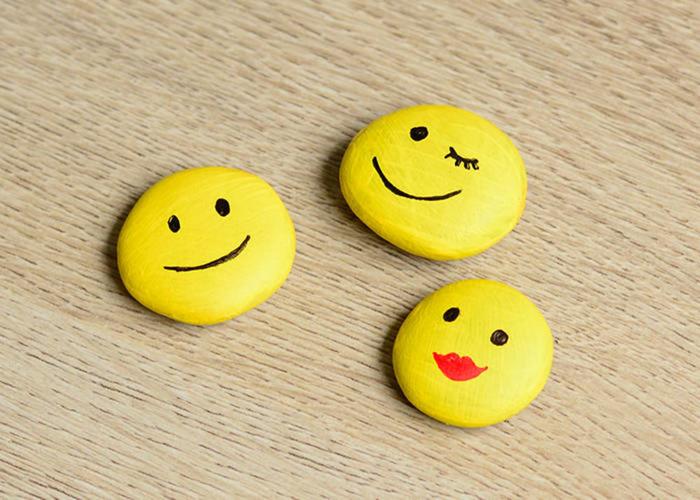 fröhliche Magnete selber basteln, DIY Ideen für Kinder, Dekosteine bemalen, Gesichter zeichnen