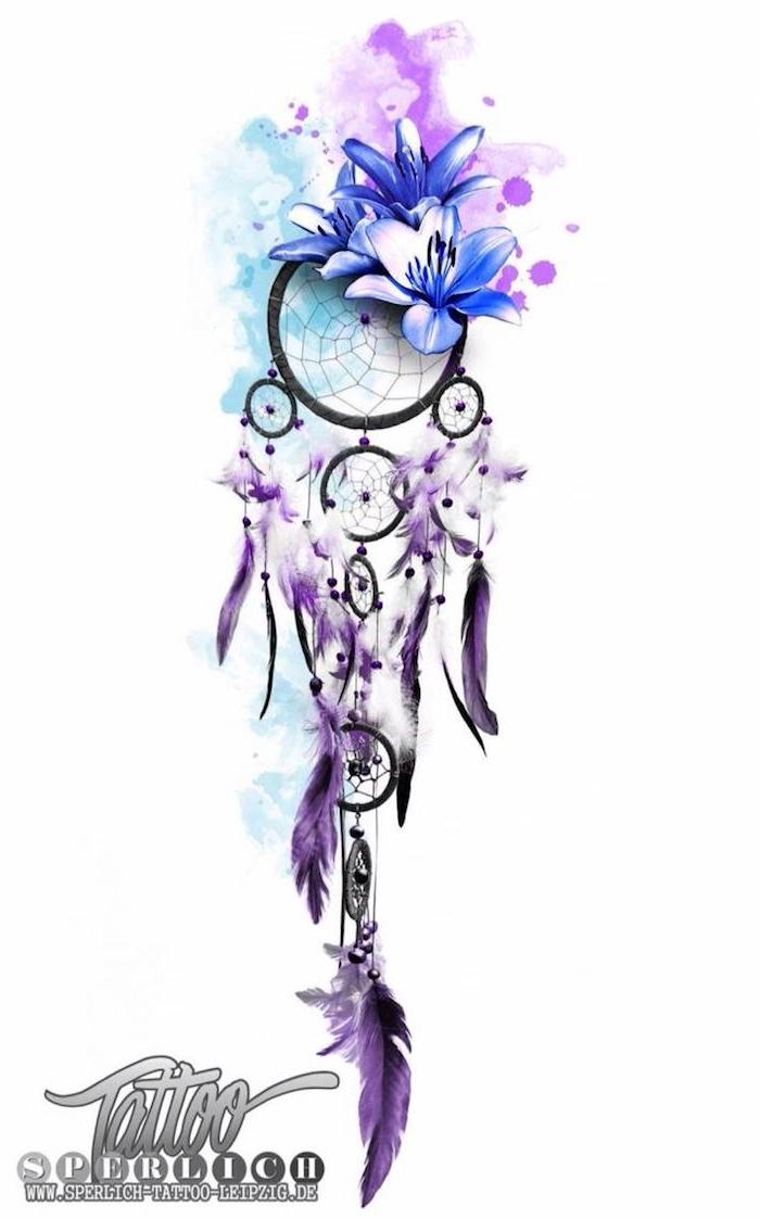 das ist eine idee für einen watercolor tattoo mit einem traumfänger mil blauen tollen blumen und lila federn