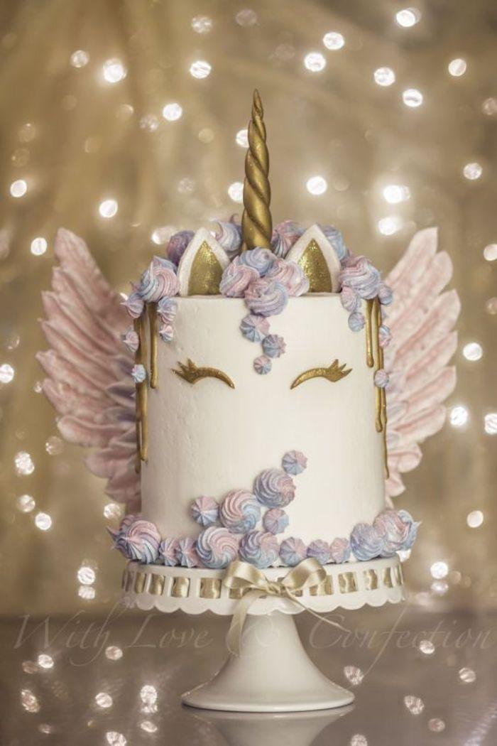 Einhorn-Torte mit rosa Flügeln, goldenes Horn, Lichtwiderscheine, Widerstrahlen
