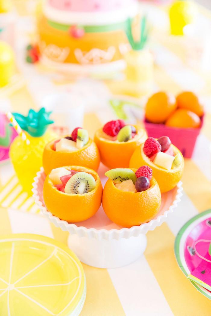 Obst, Obstschüssel, Orangenschälen voll von kleinem Obst