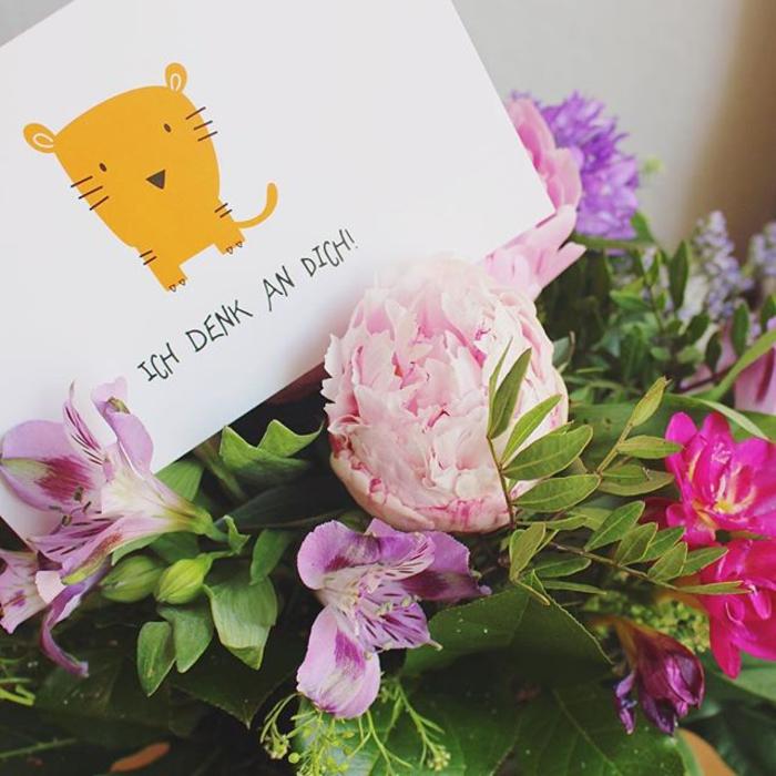 Blumenstrauss und Postkarte, Ich denk an dich, eine schöne Überraschung zum Geburtstag