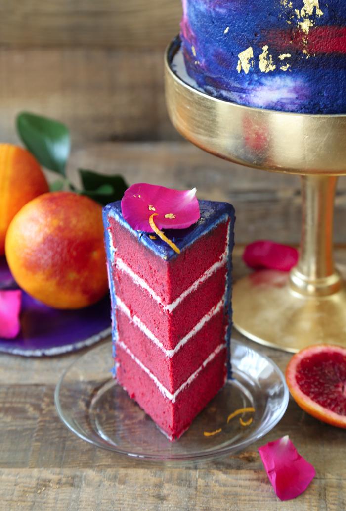 geburtstagskuchen backen, torte mit orangen und creme dekoriert mit blauer glasur und rosenblättern
