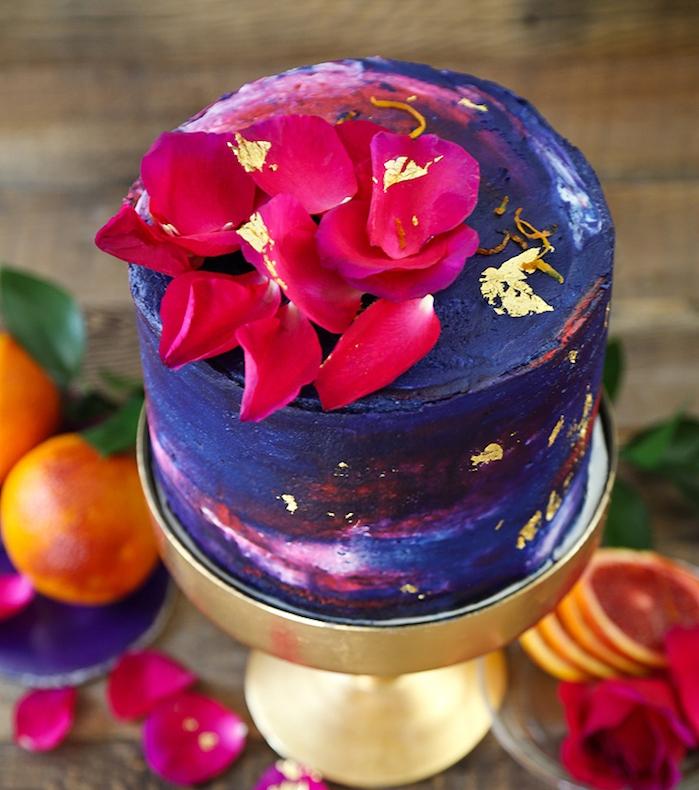 geburtstagskuchen backen, torte mit orangen dekoriert mit glasur aus butter und zucker, wasserfarben-look