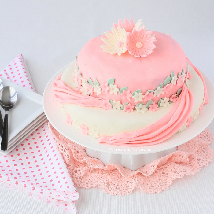 geburtstagskuchen bilder, torte mit rosa und weißem fondant dekoriert mit kleinen blümchen