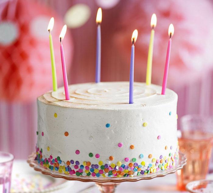 kinder torten, torte mit vanille dekoriert mit sahne und streuseln