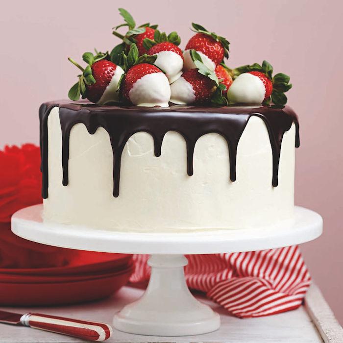 geburtstagskuchen bilder, torte mit sahne, weiße schokolade und erdbeeren