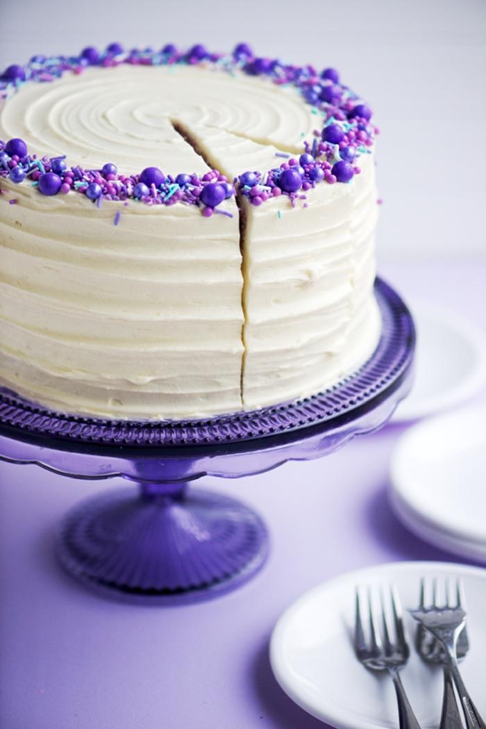 Geburtstagstorte mit weißer Creme und lila Dekoration, schöne Ideen für Ihre Geburtstagsparty