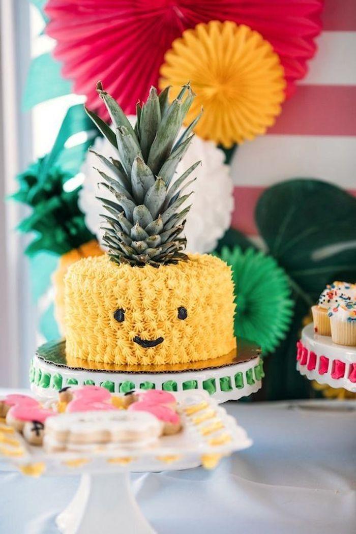 geburtstagskuchen bilder, torte-ananas dekoriert mit gelber sahne, party