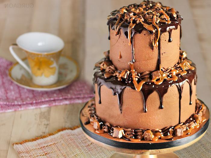 geburtstag torte mit karamell und schokolade dekoriert mit bunbons