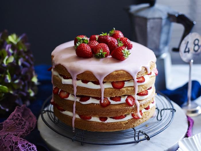 geburtstag torte mit vanilleschichten, erdbeeren und creme