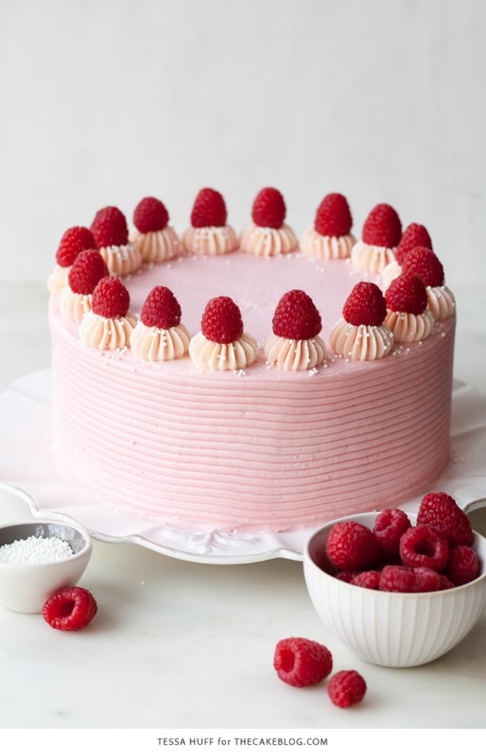 Geburtstagstorte mit rosa Creme und Himbeeren selber zubereiten, Ideen für Sommergeburtstage