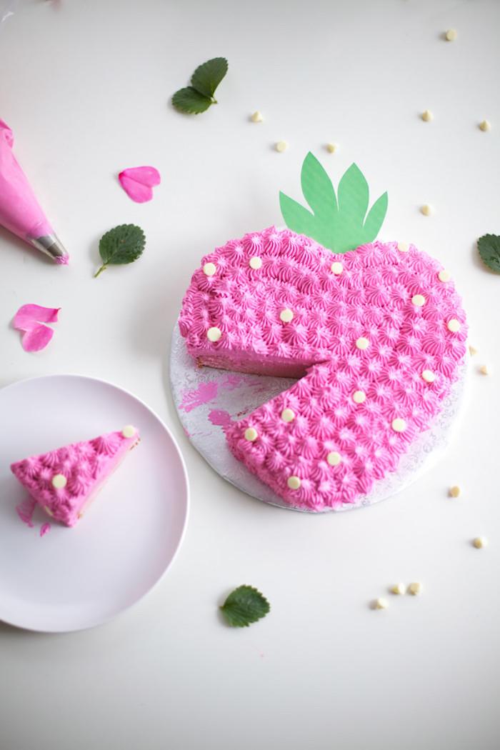 geburtstagstorte in form von herzen, rosa sahne, weiße schokoladenperlen