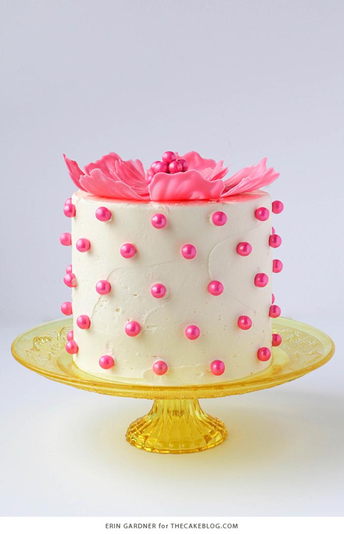 wunderschöne Geburtstagstorte, mit einer rosa Blume und kleinen Perlen dekoriert