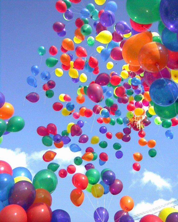Hunderte von Ballons mit Helium in der Luft, sonniger Tag, weiche Wolken