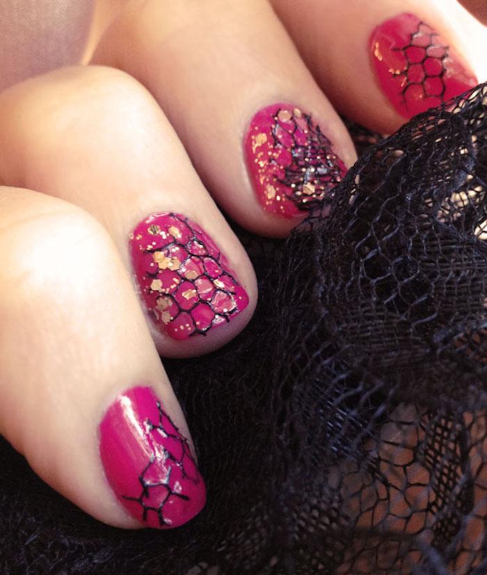 gelnägel bilder, maniküre in rosa mit schwarzer spitze und goldenem glitzer