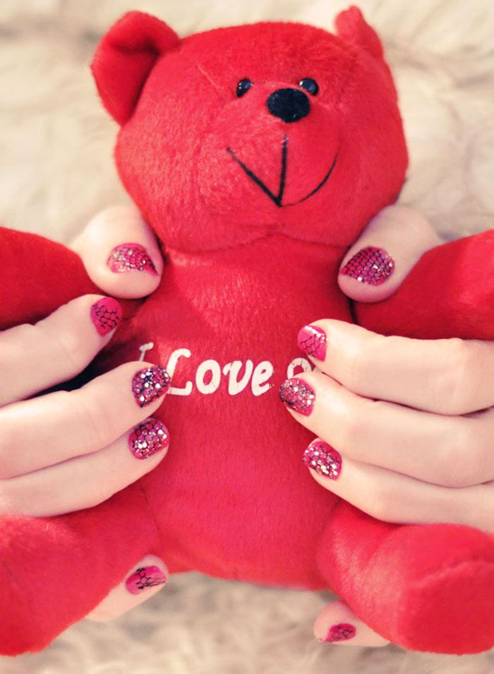 gelnägel bilder, roter bär, rosa nagellack mit schwarzer spitze und glitzer