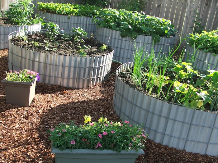 Hochbeet anlegen mit grünen Pflanzen aus Aluminium selber gebaut