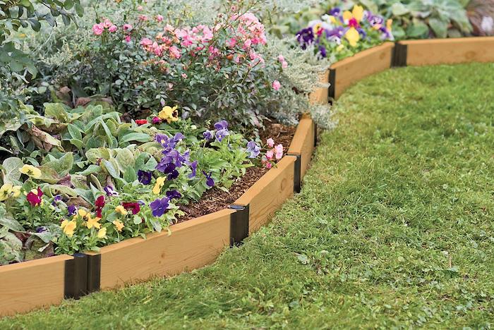 Hochbeet anlegen mit Blumen in verschiedenen Farben - rosa, lila, gelb und rot