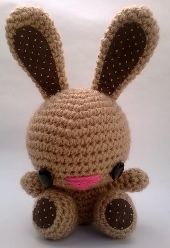 braunes Kaninchen mit schwarzen Knopfaugen und rosa Mund - Amigurumi für Anfänger