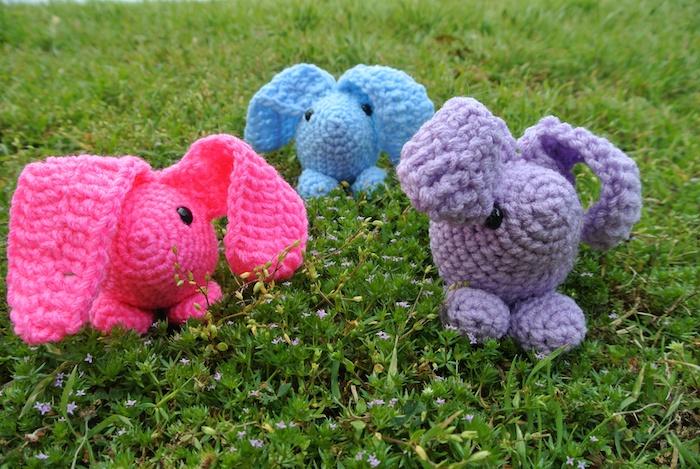 Häkeln zu Ostern Kaninchen in drei verschiedene Farben - rosa, blau und lila - Amigurumi für Anfänger