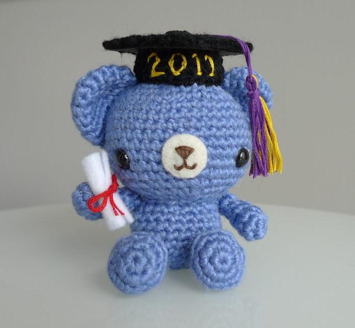 ein kleiner, blauer Teddy mit schwarzem Hut und ein Diploma - Geschenke zum Abitur