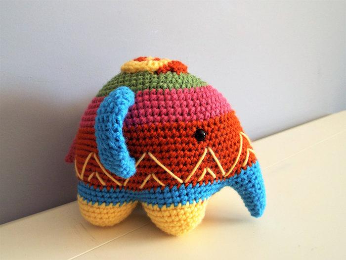 ein Elefant in den Farben von Regenbogen mit blauen Ohren und schwarze Augen - Amigurumi für Anfänger