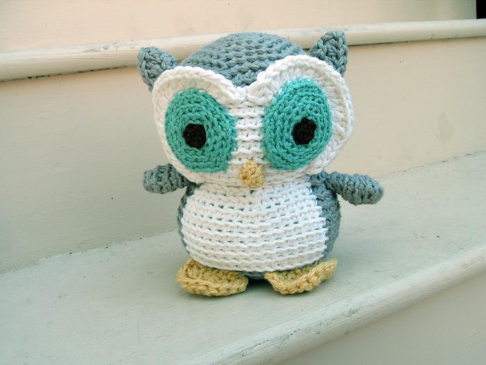 ein kleiner Uhu grüne Augen und grüne Feder weißes Bauch - Amigurumi für Anfänger