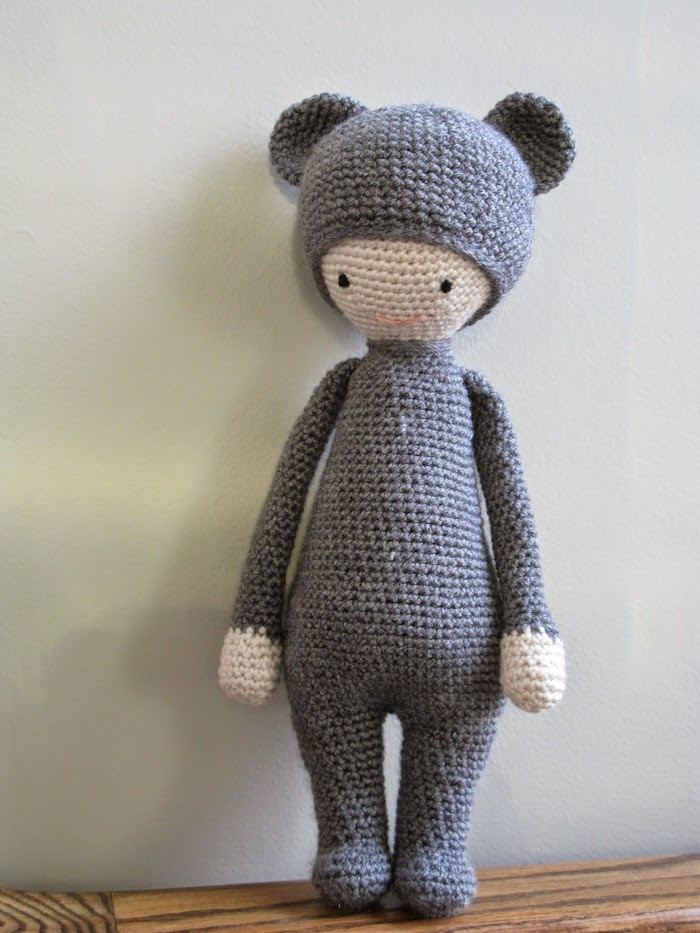 ein seltsames Geschöpf mit grauen Kleidern und grauem Hut - Amigurumi für Anfänger