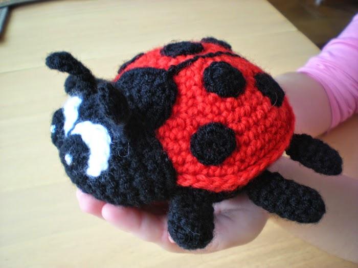ein enormen Marienkäfer selber häkeln - Amigurumi für Anfänger in rot und schwarz