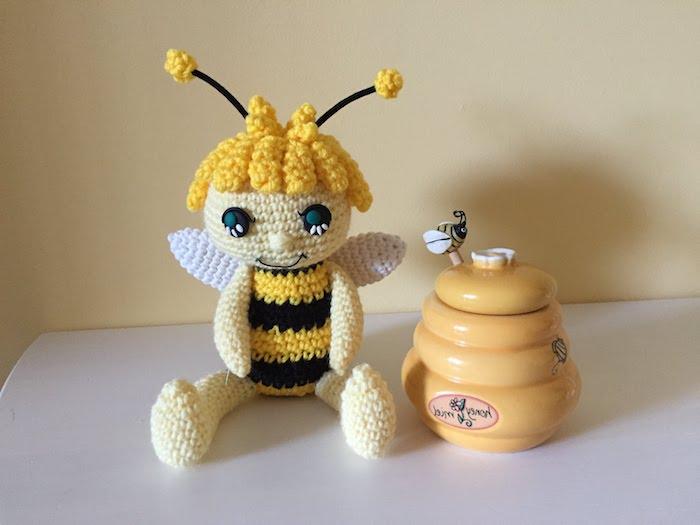 eine süße Biene von dem Film Die Biene Maja mit blauen Augen - Amigurumi von Anfänger