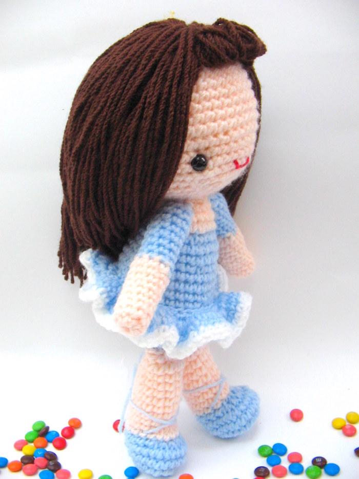 blaues Kleid und braunes Haar Amigurumi Puppe die Ballet tanzt - Amigurumi für Anfänger
