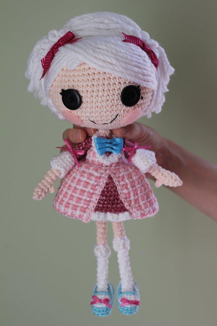 weiße Haare mit zwei Bänder und rosa Kleid Amigurumi Puppe von einer Heldin