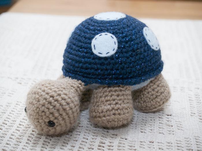 eine braune Schildkröte mit einer blauen Höhlung auf weiße Flecken - Amigurumi für Anfänger