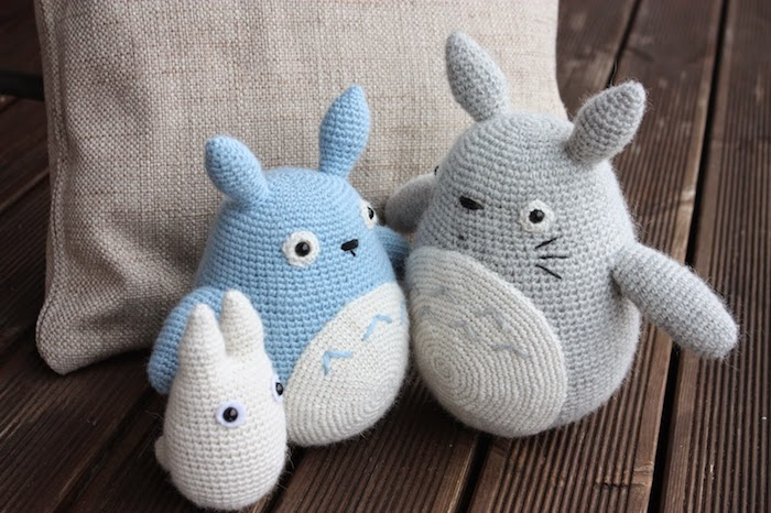 blaue und graue Figuren von Geschöpfen aus Mein Nachbar Totoro - Amigurumi für Anfänger