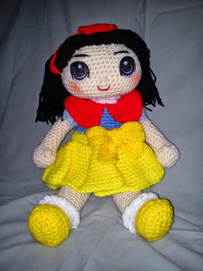 ein Schneewittchen Figur ganz genau wie im Film Kleid in gelb, rot und blau - rote Wangen - Amigurumi für Anfänger